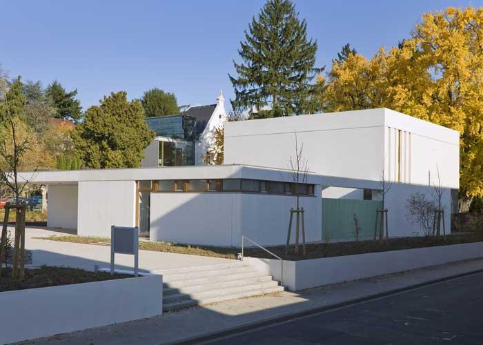 Moderner bau mit klaren formen aus beton - Gartenmauer fertigteile ...